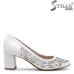 Бели обувки с перфорация на цветя– 36010