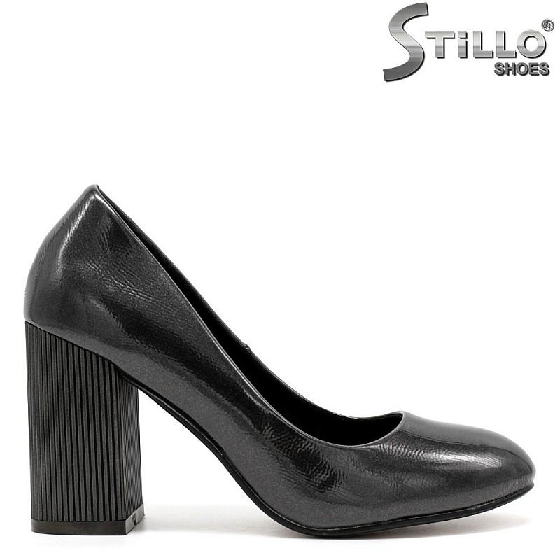 Дамски  обувки в сив лак  на ток - 31321
