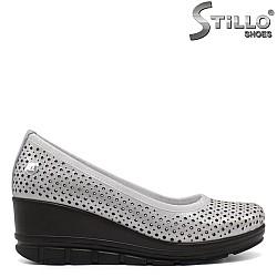Сребристи дамски обувки на ниска платформа - 32242