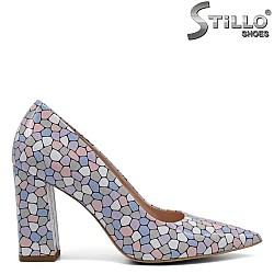 Остри обувки от естествен лак с цветна мозайка - 32441