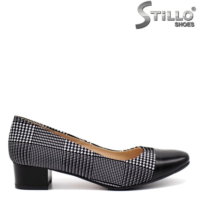 Пепитени обувки с нисък ток и заоблен връх - 32443