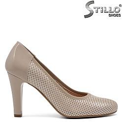 Пролетни обувки на ток с дупчици - 32644