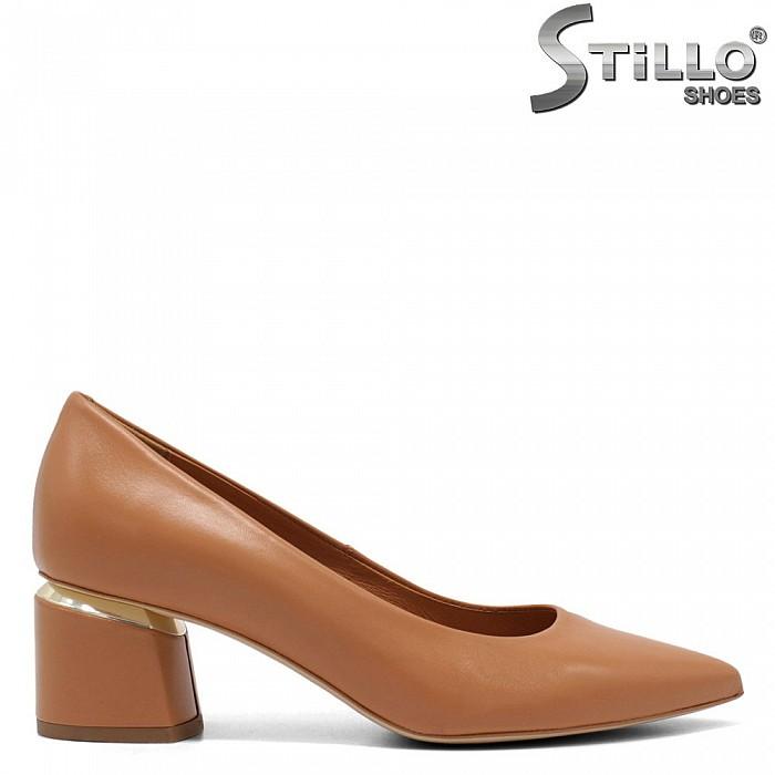 Обувки цвят камел на среден ток с метален кант - 32686