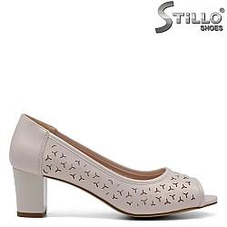 Обувки на среден ток в перлен цвят - 32709