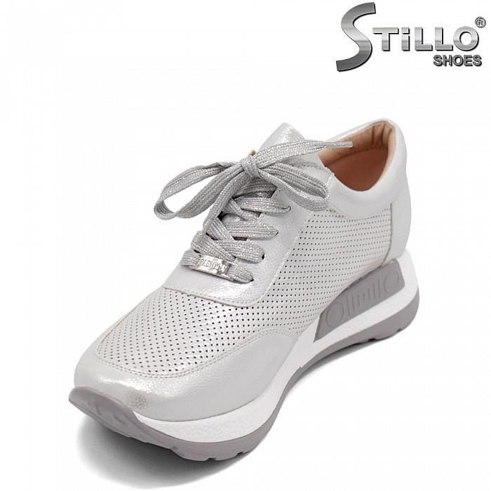 Дамски маратонки с перфорация и връзки - 32867