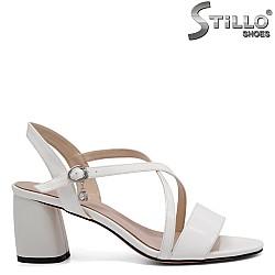 Бели дамски сандали на среден ток - 32917