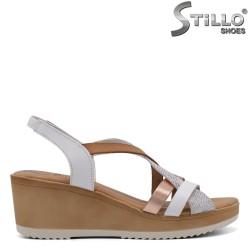 Дамски сандали на средна платформа - 33038