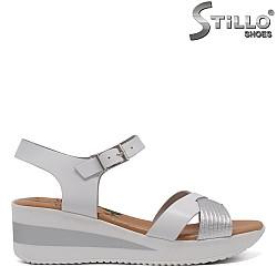 Дамски сандали на платформа в сребърно и бяло - 33050