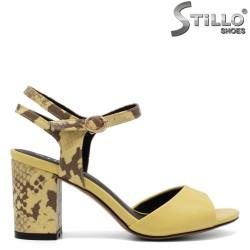 Жълти сандали със змийска кожа на ток - 33120