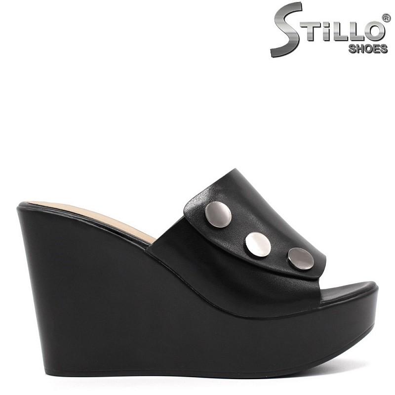 Дамски чехли на платформа с капси - 33171