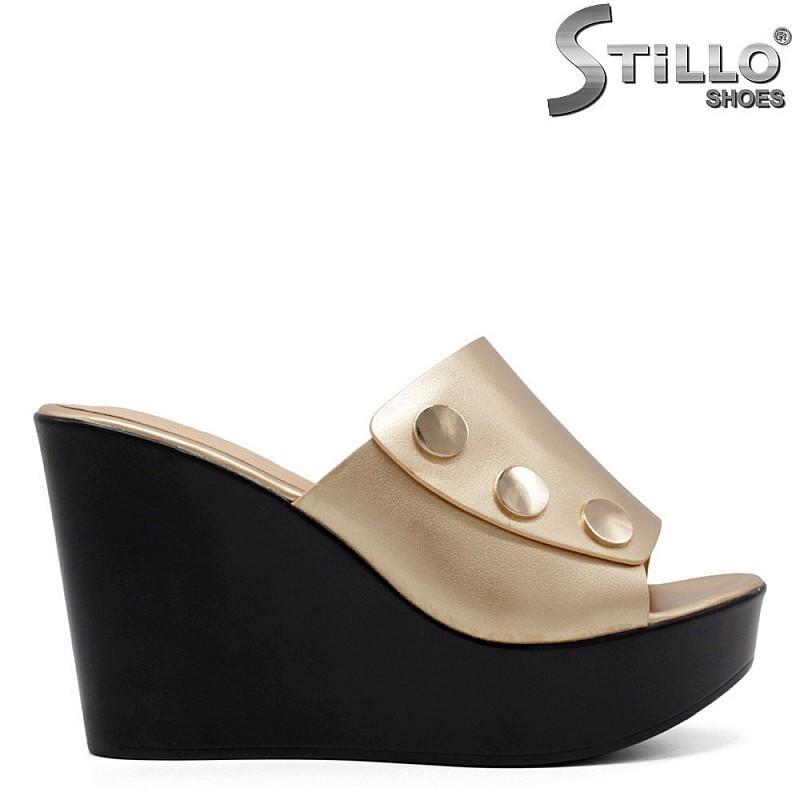 Модни дамски златни чехли на платформа - 33176