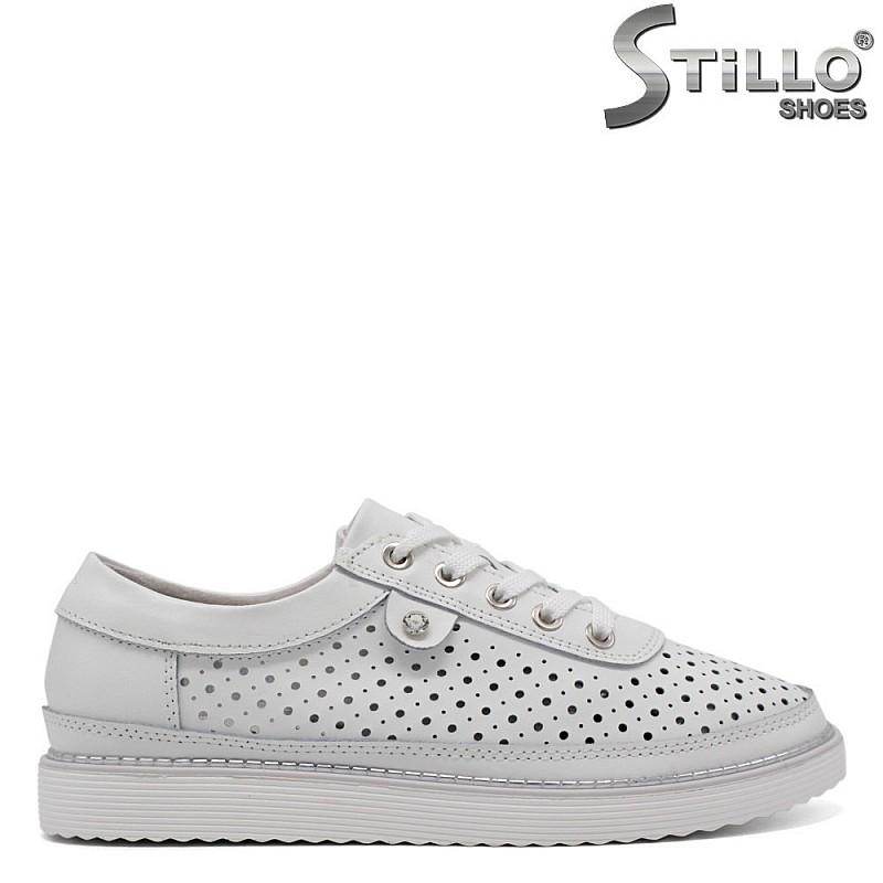 Спортни перфорирани дамски обувки в бяло - 33190