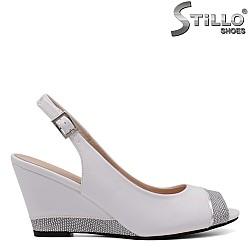 Стилни бели сандали на клин ток - 33196