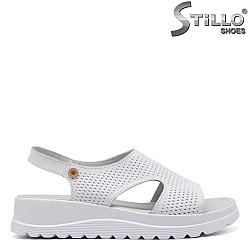 Ежедневни бели сандали на платформа - 33247