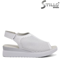 Ежедневни перфорирани сандали на платформа - 33297