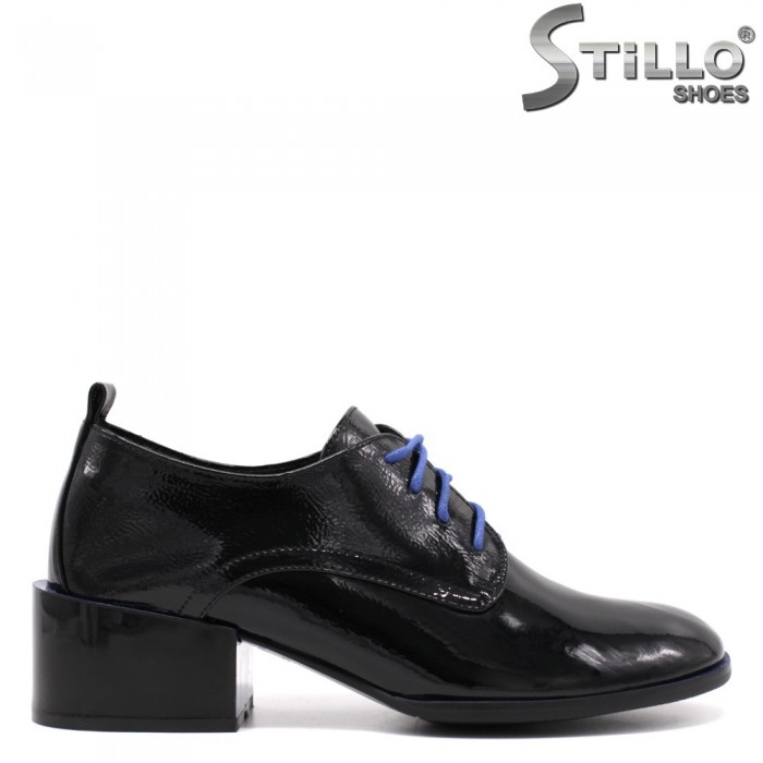 Есенни обувки в черен лак със сини връзки - 33453