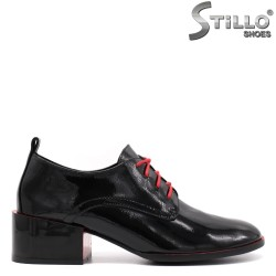 Есенни обувки в черен лак с червени връзки - 33454