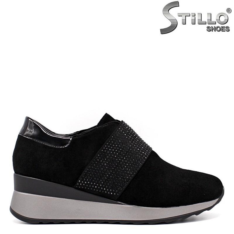 Спортни обувки от велур с камъчета - 33517