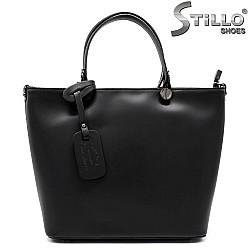 Елегантна дамска чанта от гладка черна кожа - 33568