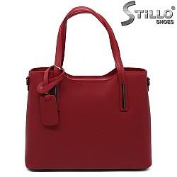 Дамска кожена чанта в малиново-червено - 33579