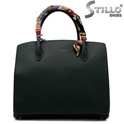 Тъмно-зелена дамска чанта с модерен аксесоар - 33592