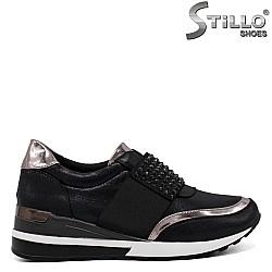 Спортни обувки от велур с камъчета - 33612
