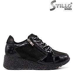 Спортни обувки в черен лак и сатен с връзки - 33613