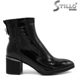 Стилни дамски боти от черен стреч лак - 33652