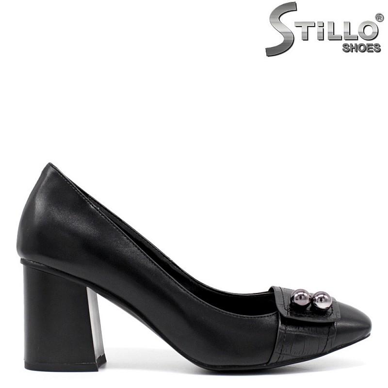 Обувки на среден ток с метални украшения - 33674