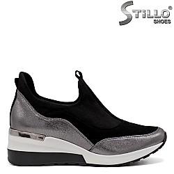 Дамски спортни обувки в черно и сребристо - 33683