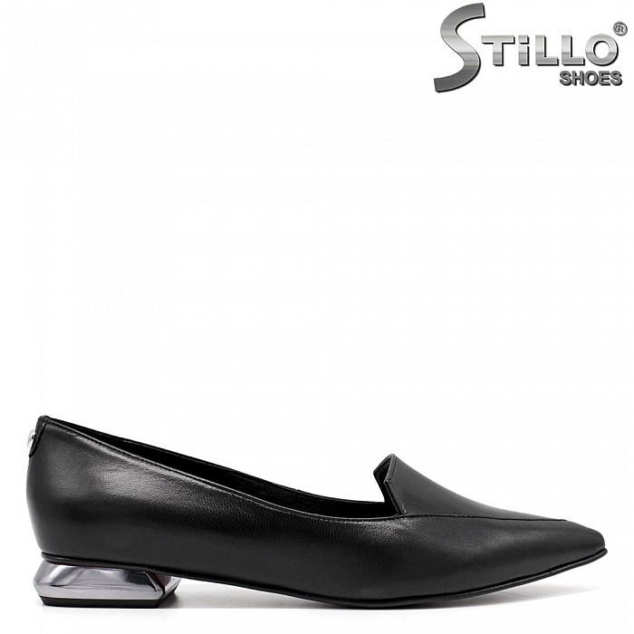 Остри кожени дамски обувки на нисък ток - 33689