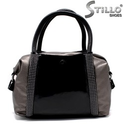 Дамска чанта с капси в черно и бронз - 33827