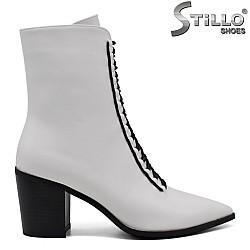 Бели дамски боти с черни ластични връзки - 33988