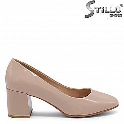 Дамски бежови обувки на среден ток - 36211