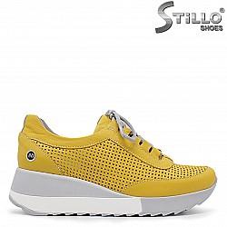 Жълти спортни обувки с перфорация и връзки -36329