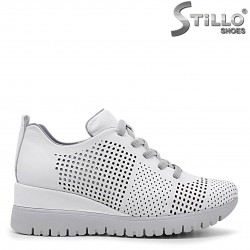 Бели спортни обувки на платформа- 36334