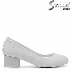 Бели обувки с перли на нисък ток  – 35420