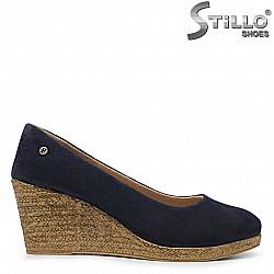 Обувки на платформа в син велур - 36040