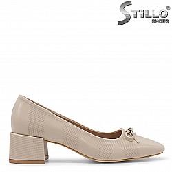 Бежови дамски обувки на среден ток - 36093