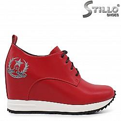 Спортно-елегантни обувки в червено на платформа - 36296
