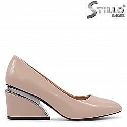 Бежови дамски обувки на среден ток - 36340