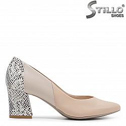 Бежови обувки на ток със змийски принт  – 36421