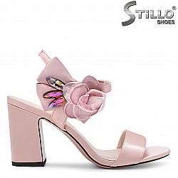 Розови абитуриентски сандали на среден ток – 36424