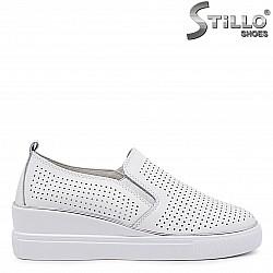 Бели спортни обувки от естествена кожа – 36429