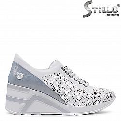 Бели спортни обувки от естествена кожа на платформа – 36512