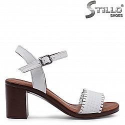 Бели сандали на ток от естествена кожа – 36523