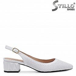 Бели сандали със затворени пръсти от естествена кожа - 36553