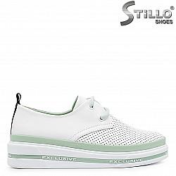 Бели спортни обувки от естествена кожа с връзки– 36563