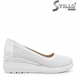 Бели дамски обувки от естествена кожа на платформа – 36564