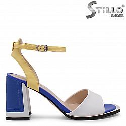 Дамски сандали на дебел ток в бяло, синьо и жълто – 36574